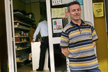 Josep Anglada, una vida accidentada, en imatges 08/05/2005. Anglada, com a regidor de Vic, fa tancar un comerç regentat per immigrants, que obria en dies festius. Foto: Adrià Costa.
