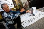 Josep Anglada, una vida accidentada, en imatges 03/06/2011. Manifestació contra Josep Anglada a Vic. A la porta del seu domicili. Foto: Adrià Costa.