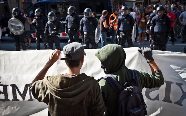 Josep Anglada, una vida accidentada, en imatges 02/10/2011. Un cordó d'antiavalots separa la concentració de PxC a la plaça de Sant Jaume dels manifestants antifeixistes. Foto: Jordi Borràs.