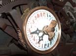 Procés de restauració d'una antiga màquina del rellotge de Vic Treballs de restauració i construcció de peces deteriorades o perdudes.