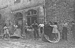 Revolució, guerra i franquisme a Vic Les campanes de la catedral, després de ser estimbades (2/IX/1936)