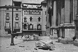 Revolució, guerra i franquisme a Vic Els sants de la façana de la catedral, estimbats.