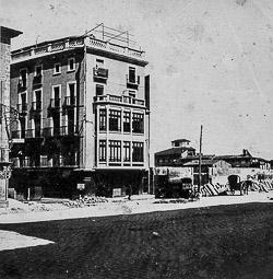 Revolució, guerra i franquisme a Vic El convent de Santa Clara, ja demolit. A l'Esquerra, l'entrada del carrer de Manlleu.