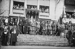 Revolució, guerra i franquisme a Vic El bisbe Joan Perelló i les autoritats civils i militars de Vic, a la desfilada celebració de la Puríssima Concepció, patrona de la Infanteria.