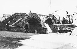 Revolució, guerra i franquisme a Vic Danys de guerra al pont del carrer del Remei, volat per l'exèrcit republicà en retirada, el gener de 1939.