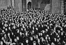 Revolució, guerra i franquisme a Vic Acte religiós femení a la catedral.