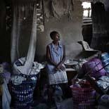 Fotos de Sergi Cámara des d'Haití, per a Osona.com Solange Vincent guaita la paret que li va caure de la seva casa, el día del terratrèmol.