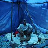 Fotos de Sergi Cámara des d'Haití, per a Osona.com Vincent Jevel, sota la carpa que cobrèix l´espai on hi havia casa seva.