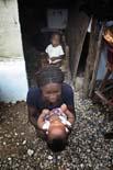 Fotos de Sergi Cámara des d'Haití, per a Osona.com Eloise juga amb el seu germà al campament d'Automeca, a Haití.