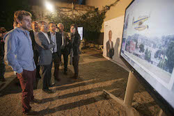 Municipals 2015: Inici de la campanya electoral a Sabadell Carles Rossinyol mirant el vídeo promocional de CiU per aquesta campanya.