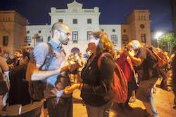 Municipals 2015: Inici de la campanya electoral a Sabadell El cap de llista de la Crida, Maties Serracant, conversant amb la portaveu de l'Entesa, Virgínia Domínguez.