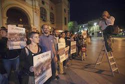 Municipals 2015: Inici de la campanya electoral a Sabadell Maties Serracant i Glòria Rubio aguarden per una foto.