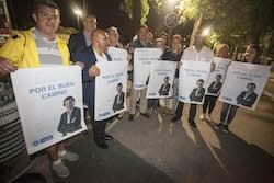 Municipals 2015: Inici de la campanya electoral a Sabadell Els membres del PP mostren el cartell de campanya.