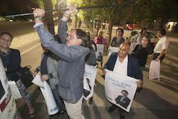 Municipals 2015: Inici de la campanya electoral a Sabadell Esteban Gesa col·loca el primer cartell.