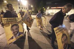 Municipals 2015: Inici de la campanya electoral a Sabadell Memebres de la candidatura d'ERC amb els cartells de la formació.