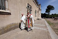 Aplec de la Salut de Sabadell 2015 Monsenyor Saiz Meneses dirigint-se al santuari.