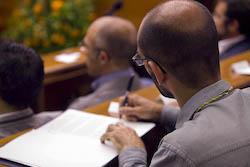 Ple de constitució de l'Ajuntament de Sabadell Maties Serracant prenent nota.