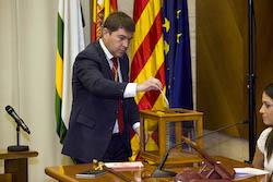 Ple de constitució de l'Ajuntament de Sabadell Hosep Ayuso votant.