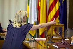 Ple de constitució de l'Ajuntament de Sabadell Montse Chacon votant.