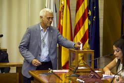 Ple de constitució de l'Ajuntament de Sabadell Toni Font votant.
