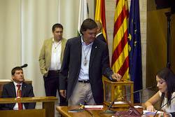 Ple de constitució de l'Ajuntament de Sabadell Esteban Gesa votant.