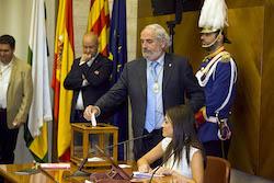 Ple de constitució de l'Ajuntament de Sabadell Manel Giménez votant.