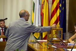 Ple de constitució de l'Ajuntament de Sabadell Xavi Guerrero votant.
