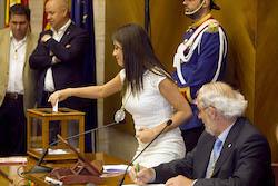 Ple de constitució de l'Ajuntament de Sabadell Elena Hinojo votant.