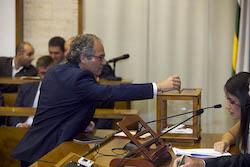 Ple de constitució de l'Ajuntament de Sabadell Carles Rossinyol votant.
