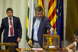Ple de constitució de l'Ajuntament de Sabadell Cristian Sánchez votant.