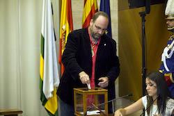 Ple de constitució de l'Ajuntament de Sabadell Miquel Soler votant.