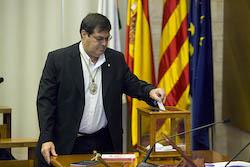 Ple de constitució de l'Ajuntament de Sabadell Ramon Vidal votant.