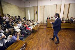 Ple de constitució de l'Ajuntament de Sabadell Lliurant la vara a la ciutat.