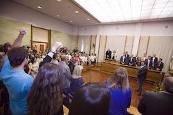 Ple de constitució de l'Ajuntament de Sabadell Segadors puny en l'aire.