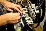 El cinema Alhambra de la Garriga Les pel·lícules arriben en bobines petites, així que les ha d'empalmar per poder-ho col·locar a la bobina gran.