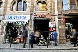 El cinema Alhambra de la Garriga A la façana del cinema, una placa informa dels orígens de l'edifici, que en el seu dia va ser una sala de ball.